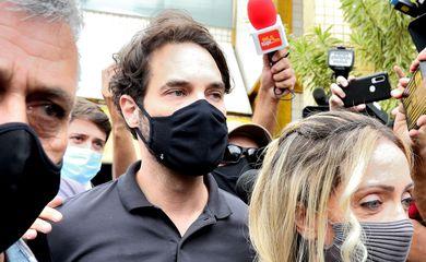 Dr. Jairinho, namorado de Monique Medeiros da Costa e Silva, mãe do menino Henry Borel, deixa a Delegacia de Polícia da Barra da Tijuca(16ªDP), após prestar depoimento sobre a morte do menido de 4 anos.