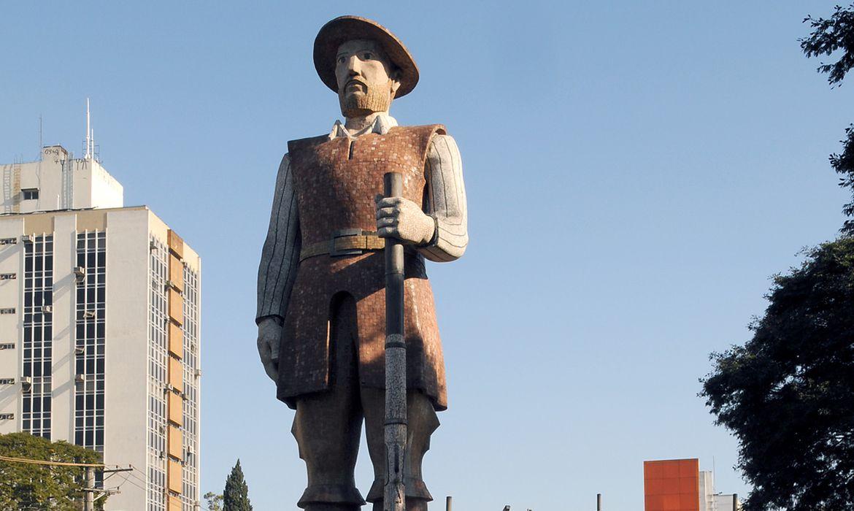 Estátua de concreto em  homenagem ao bandeirante Borba Gato Borba Gato, Obra do escultor Júlio Guerra (1912-2001), que nasceu no bairro, inaugurada em 1963, nas comemorações do IV Centenário de Santo Amaro.
