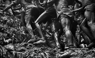Exposição traz fotografias de Serra Pelada feitas por Sebastião Salgado