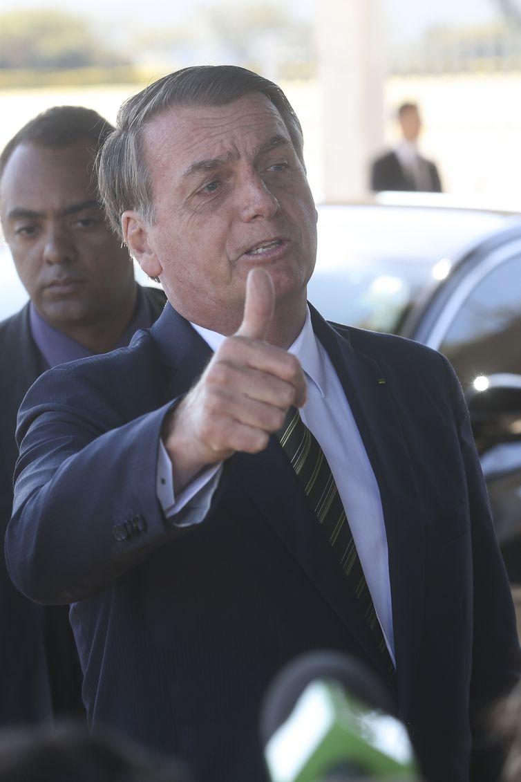 Bolsonaro fala com a imprensa ao sair do Alvorada