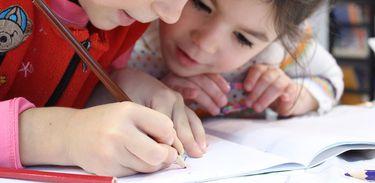 Crianças escrevendo
