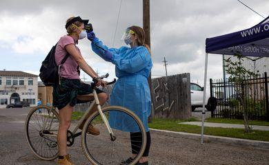 Instalação de testes drive-through para a doença de coronavírus (COVID-19) em Nova Orleans