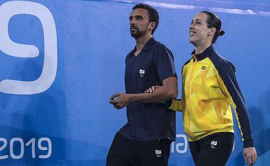 Regiane Lima, nadadora paralpimpica, com o treinador Felipe Silva, no Parapan de Lima, 2019.