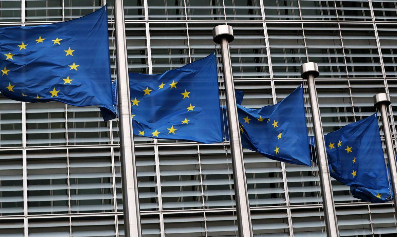 Bandeiras da União Europeia na sede da Comissão Europeia em Bruxelas, Bélgica.