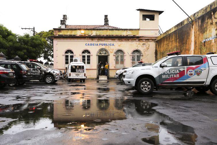 Manaus - Familiares aguardam informações sobre presos na Cadeia Pública Raimundo Vidal Pessoa (Marcelo Camargo/Agência Brasil)