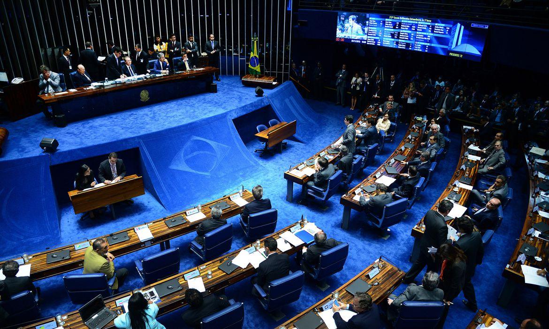 Brasília - O senador João Alberto lê a nota do STF sobre a prisão do senador Delcídio do Amaral, durante sessão do Senado (Wilson Dias/Agência Brasil)