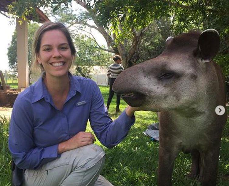 Fernanda Abra e a anta Gertrudes, do Parque Nacional das Emas