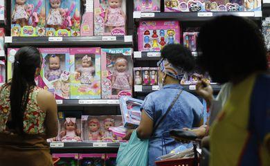 Movimento de vendas de brinquedos para o Dia das Crianças, comércio varejista nas ruas do Polo Saara, centro do Rio de Janeiro.