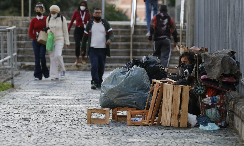 População vulnerável em situação de rua durante período de frio intenso.