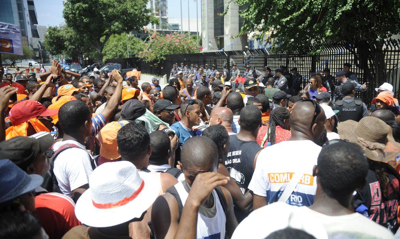 Rio de Janeiro - Garis do Rio de Janeiro protestam pelo terceiro dia consecutivo em frente a prefeitura (Tomaz Silva/Agência Brasil)