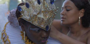 Jovens carregam o amor pelo samba