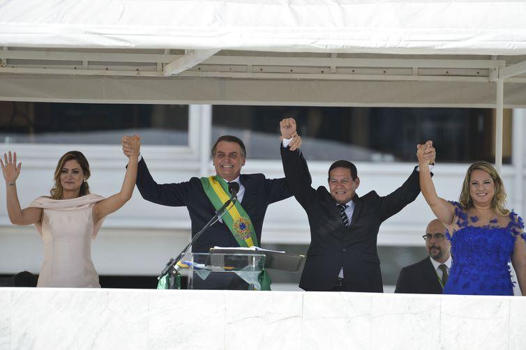 O presidente Jair Bolsonaro, primeira-dama Michelle Bolsonaro, o vice-presidente general Hamilton Mourão e sua esposa Paula Mourão, saudam o povo no parlatório do Palácio do Planalto.