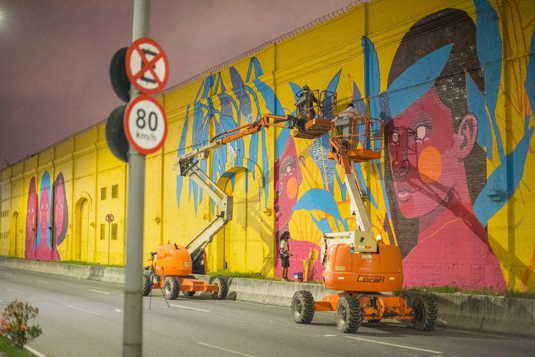 """Rio de Janeiro - Começa oficialmente no próximo domingo (27) a exposição de arte urbana """"Rua Walls"""", que reúne 18 artistas cujas obras foram pintadas nos muros do Porto do Rio de Janeiro, entre os armazéns 10 e 18 da Avenida Rodrigues Alves, na"""