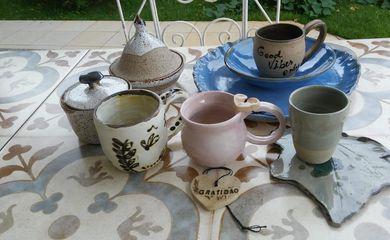 Peças de cerâmica da artesã Maria do Carmo Merussim.