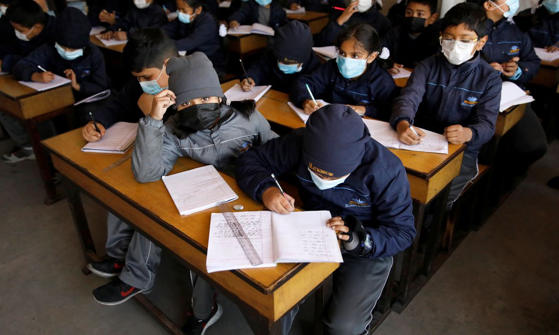 Crianças no Nepal assistem aula com máscaras de proteção depois que o país confirmou o primeiro caso de coronavírus, na cidade de Thimi, Bhaktapur, no Nepal