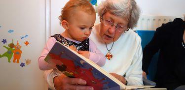 Avó lê para neta