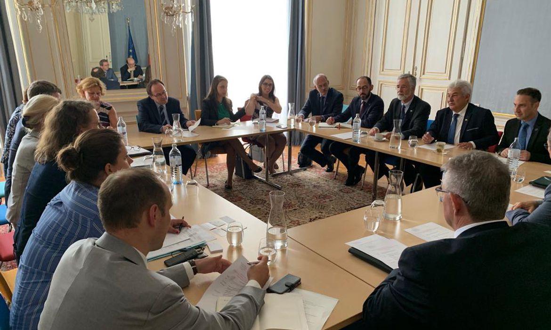 Ministro Marcos Pontes e ministra da Educação ministra da Educação, Ciência e Cultura da Áustria, Iris Eliisa Rauskala, durante assinatura do acordo de cooperação