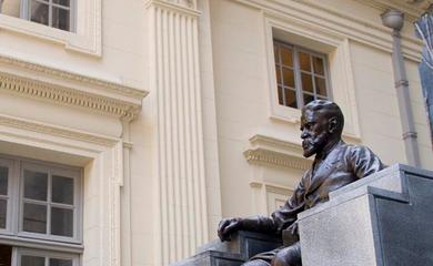 Estátua de Machado de Assis na fachada da Academia Brasileira de Letras.