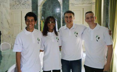 Alunos do CIEP Nova Iguaçu, vencedores do concurso da logo para os uniformes da rede de ensino do Rio, ao lado do secretário de Educação, Pedro Fernandes