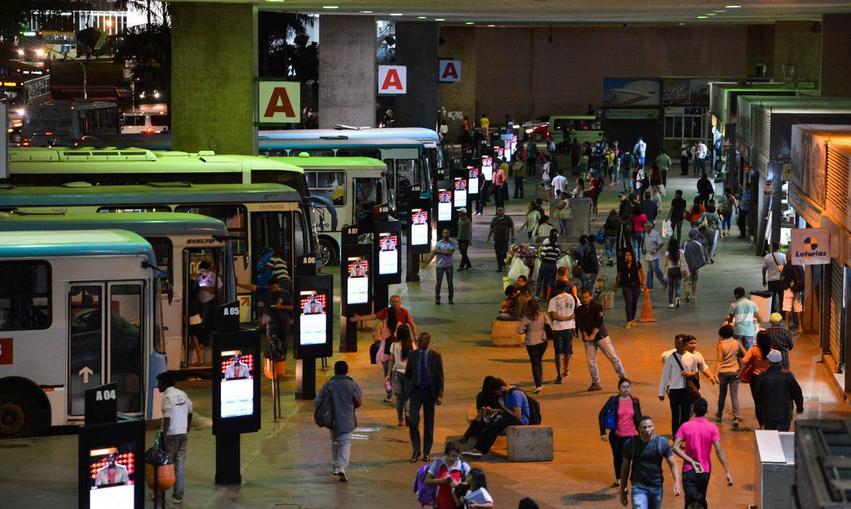 Greve dos rodoviários do DF dificulta a volta para casa para quem foi trabalhar. Sem ônibus, a população teve que recorrer ao transporte alternativo ou ao metrô (Valter Campanato/Agência Brasil)