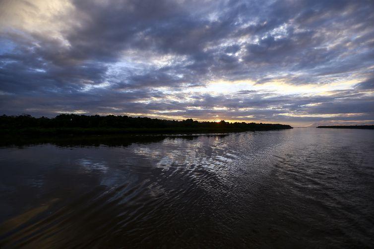 Amanhecer a bordo do Navio Auxiliar Pará, no arquipélago de Marajó.