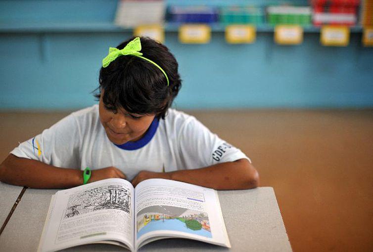 Alunos da Escola Classe da 206 Sul aprendem sobre a importância de cuidar bem dos livros didáticos, que nos anos seguintes deverão ser usados por outros estudantes.