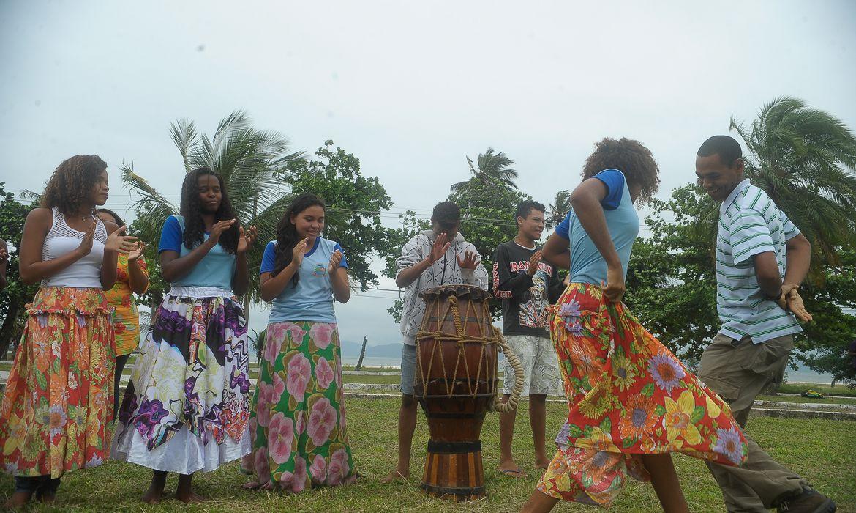 Rio de Janeiro - Alunos da escola Levy Miranda dançam jongo em frente à escola, na Ilha da Marambaia