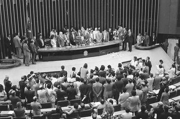 Promulgação da Constituição Federal de 1988. Ulysses Guimarães discursa no encerramento dos trabalhos da Assembleia Constituinte.