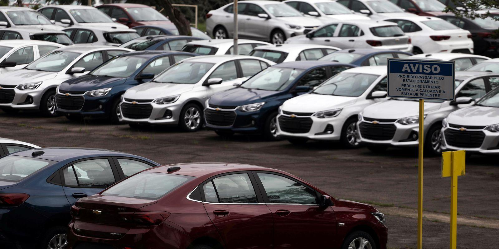 Carros novos em pátio de fábrica da General Motors em São José dos Campos (SP)