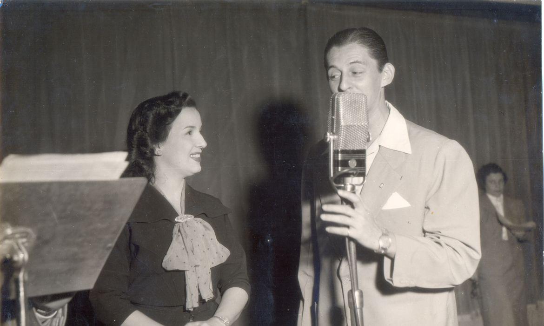 A cantora Emilinha Borba e César de Alencar nos estúdios da Rádio Nacional.