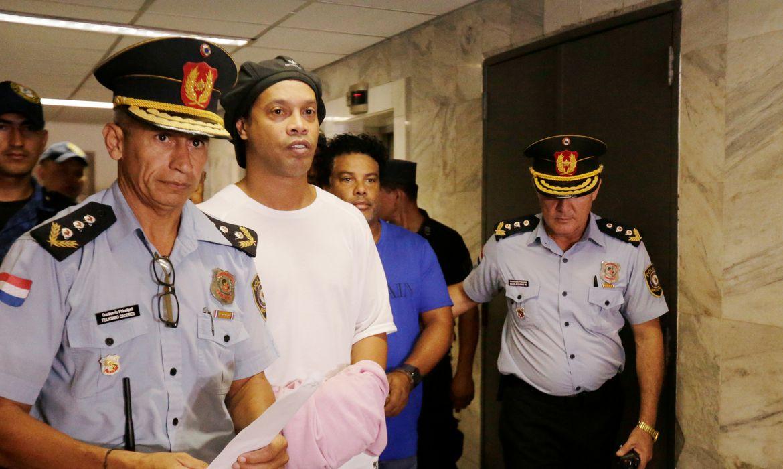 Juiz decide que Ronaldinho deve permanecer na prisão paraguaia