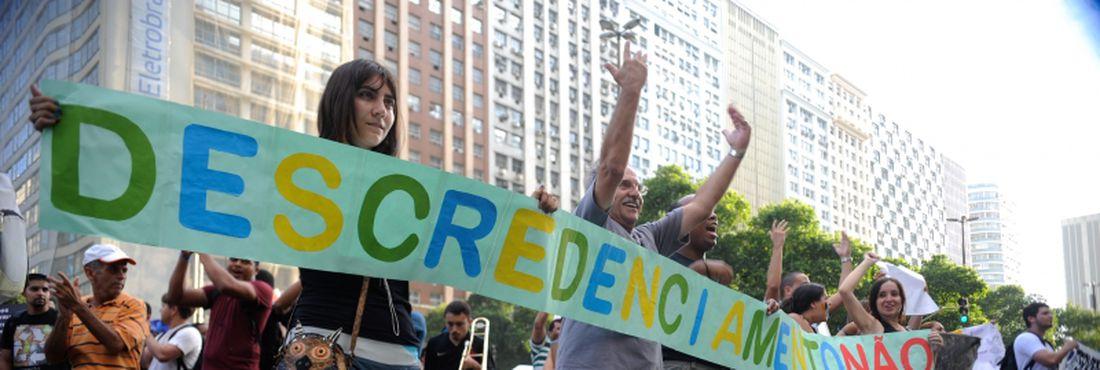 Alunos da Universidade Gama Filho e da UniverCidade protestam na Avenida Presidente Vargas, no centro, contra a decisão do Ministério da Educação de descredenciar as instituições