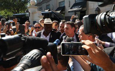 O presidente da República, Jair Bolsonaro, fala à imprensa durante sua chegada a Dallas, no Texas (EUA).