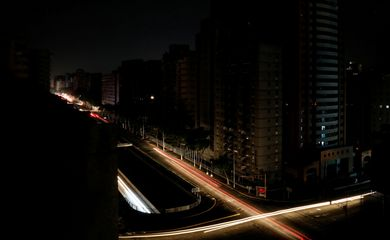 Car lights are seen on one of the main roads of the city during the second day of a blackout in Caracas, Venezuela March 9, 2019. REUTERS/Carlos Jasso     TPX IMAGES OF THE DAY