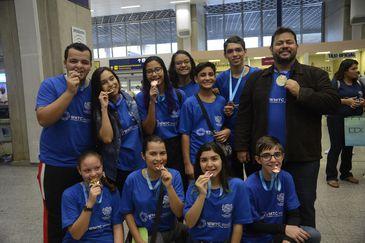 Os estudantes do Colégio Pedro II que participaram da World Mathematics Team Championship (WMTC), a maior olimpíada de Matemática da China, desembarcam no Aeroporto RioGaleão e são recebidos pelos familiares e amigos.