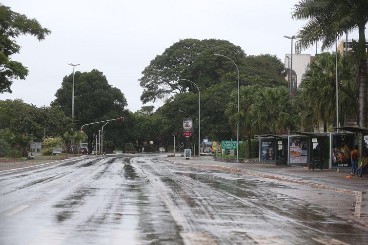 Avenida W3 Sul em Brasília praticamente vazia na manhã de 3ª feira