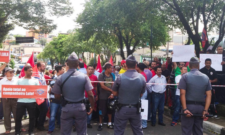 São Bernardo do Campo (SP) - Manifestantes contrários e favoráveis a Lula se concentram em frente ao prédio onde mora o ex-presidente depois de sua condução à Polícia Federal para depoimento (Fernanda Cruz/Agência Brasil)