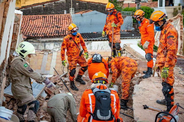 De acordo coma a Secretaria de Segurança, os trabalhos de busca das vítimas do desabamento do continuam ininterruptamente até que todas as vítimas sejam retiradas dos escombros.