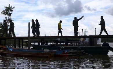 Moradores da comunidade São Sebastião recebem cestas básicas como parte da operação Covid19.