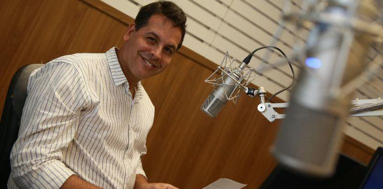 Jornalista Gilberto Costa apresentador do programa roda de samba