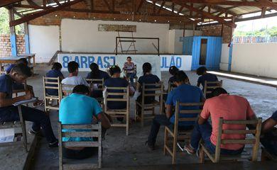 Santarém (PA) - Na comunidade Anã, alunos de ensino médio tem aulas em um galpão