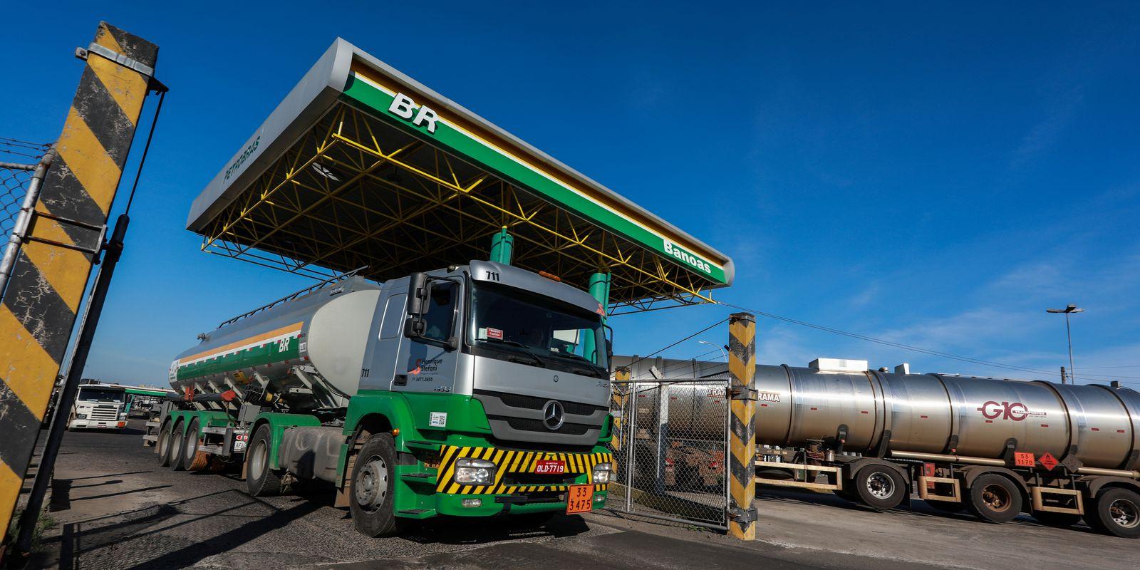 Caminhão-tanque em refinaria da Petrobras em Canoas (RS)
