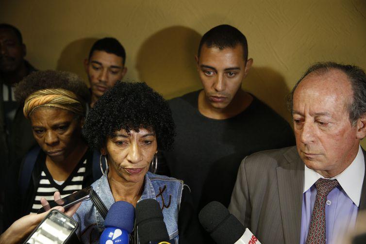 Elisabete da Silva, viúva de Amarildo de Souza, desaparecido desde 2013 após ser levado por policiais, ao lado de filhos e do advogado João Tancredo, após julgamento na 16ª Câmara Cível do Tribunal de Justiça do Rio de Janeiro.