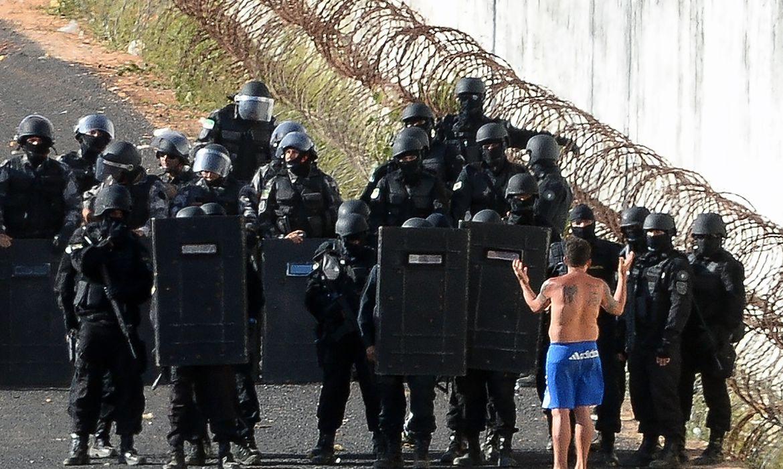 Policiais do Bope se preparam para entrar na Penitenciária Estadual de Alcaçuz, no Rio Grande do Norte