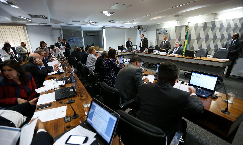 Brasília - Sessão da Comissão de Constituição e Justiça do Senado para discutir e votar o relatório do senador Lindbergh Farias que trata da realização de eleições diretas sempre que o cargo de Presidente da República ficar vago nos três