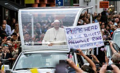 Papa Francisco enfrenta protestos de vítimas de pedofilia em viagem à Irlanda