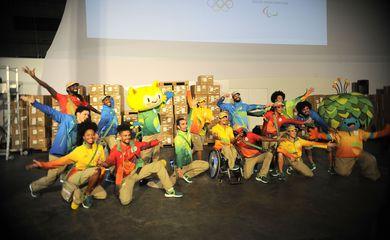 Rio de Janeiro - Comitê Organizador Rio 2016 apresenta com performance artística os uniformes dos voluntários das Olimpíadas e Paralimpíadas, na Gamboa, zona portuária (Tomaz Silva/Agência Brasil)