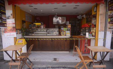 Lanchonetes, bares e restaurantes do Rio de Janeiro reabrem  com restrição de horário, lotação e distância entre mesas.