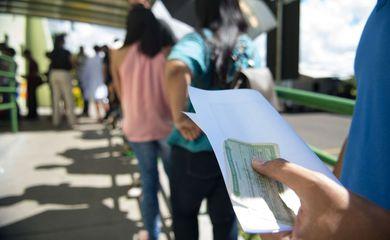 Fila de eleitores em frente ao TRE