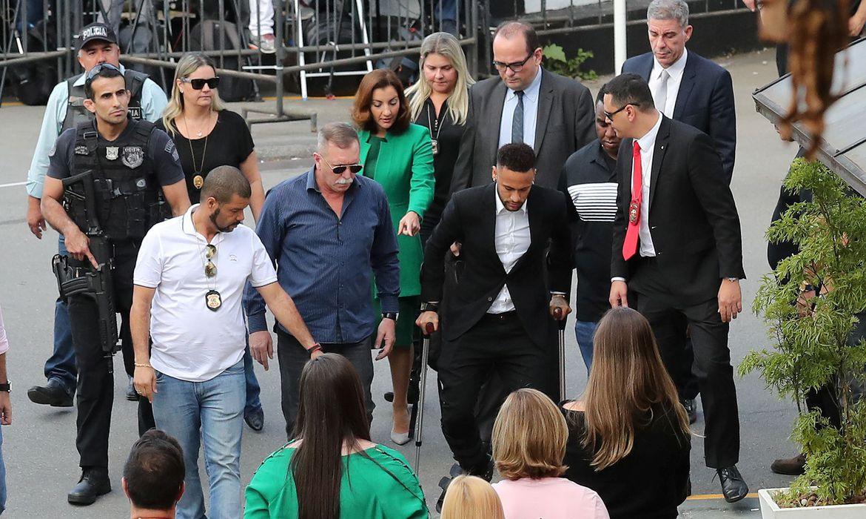 Jogador Neymar chega à delegacia para depor em São Paulo